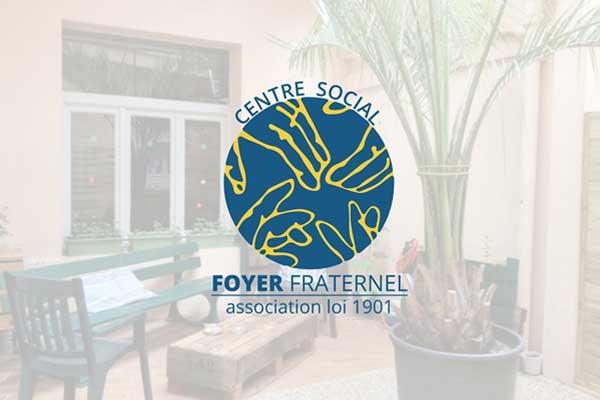 Le logo du Foyer Fraternel avec texte et en transparence en arrière-plan devant la cour du foyer avec banc, table et plantes