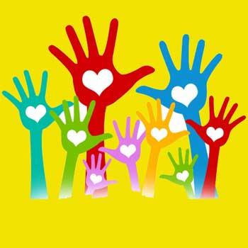 Des mains de toutes les couleurs avec un coeur blanc dans la paume de la main